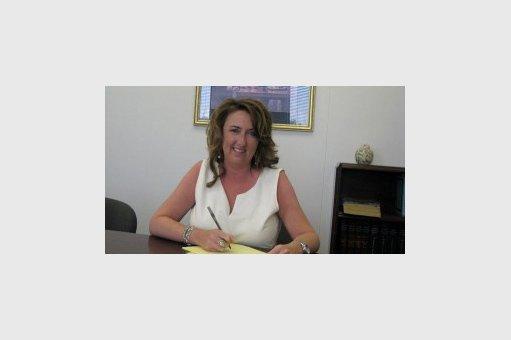 律师助理珍妮丝·奇尔德斯坐在办公室里