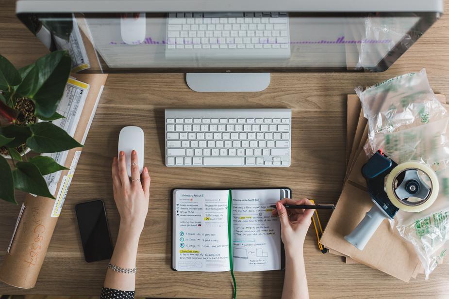 multitasking-at-desk_925x.jpg